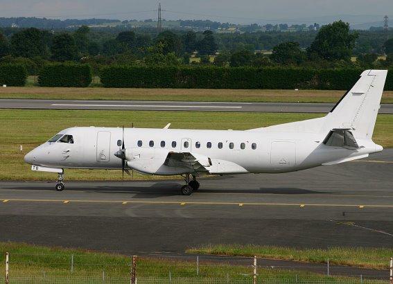 Uma imagem com relva, exterior, avião, passarela  Descrição gerada com confiança muito alta